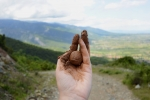 Hand holding mountain soil, Kato Olympus, 2018 Formaat: 19x28,5 cm